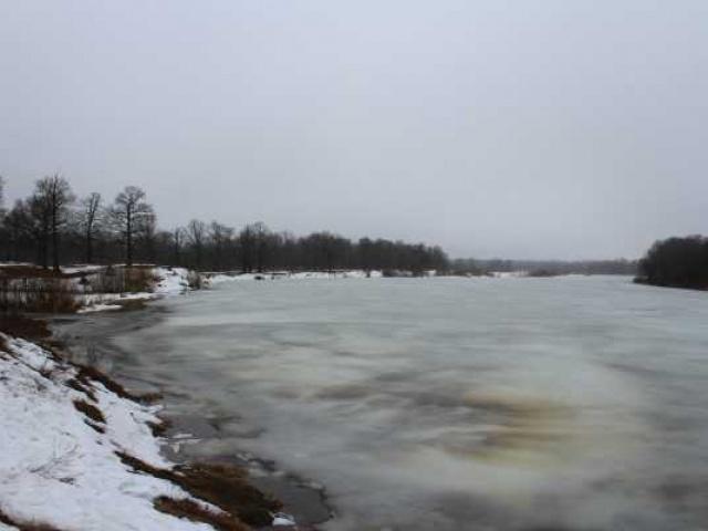 На меня надвигается по реке битый лед