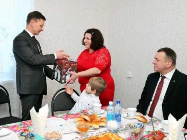 Губернатор Владимир Сипягин вручил ключи новоселам в Собинке
